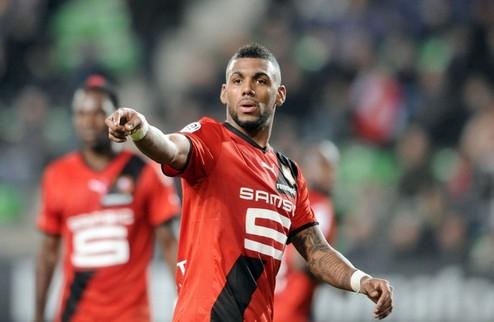 Rennes' French midfielder Yann M'Vila (C